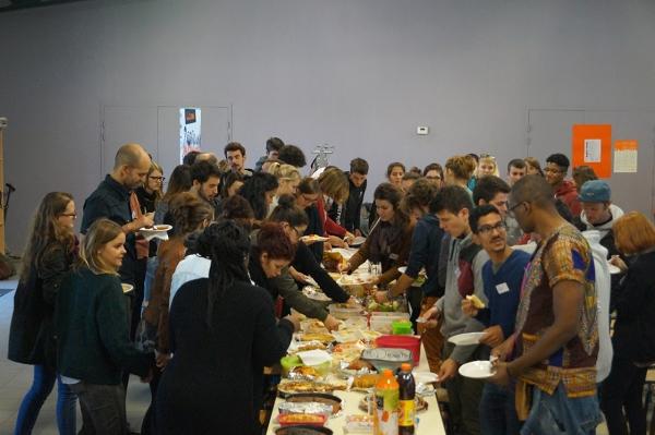 Les volontaires 2016-2017 du Rhône autour d'un repas partagé le jour de la rentrée