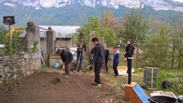 Les volontaires de Savoie sur un chantier lors de leur intégration