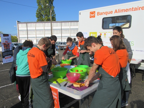 Les volontaires 2016-2017 de l'Ain à la Disco-Soupe avec la Banque Alimentaire