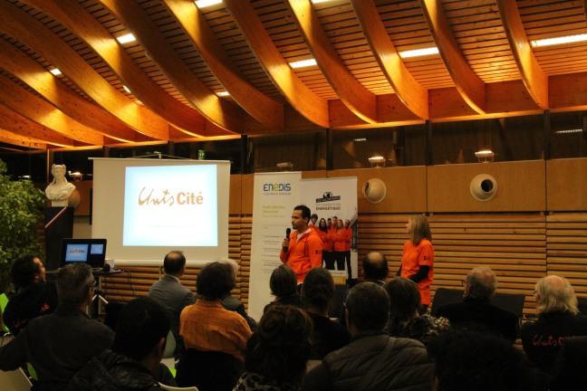 Les Volontaires de la Transition Énergétique posent avec les partenaires du programme lors de leur soirée de lancement à la Mairie d'Échirolles.