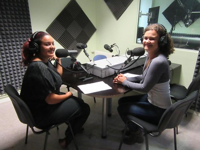 Amélia, ancienne volontaires, et Tatiana, coordinatrice de projets, lors de l'enregistrement de l'émission d'octobre 2016.