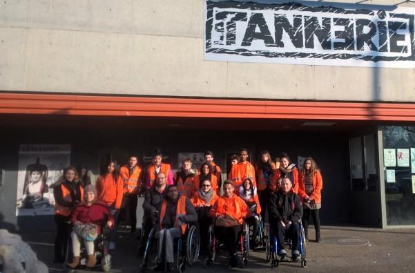 Volontaires d'Unis-Cité et membre de l'APF posent devant la Tannerie de Bourg-en-Bresse
